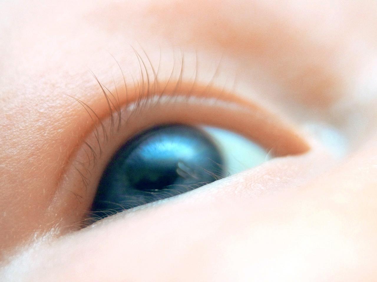 como limpiar los ojos del recien nacido
