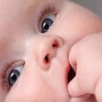 Cómo limpiar la cara del bebé